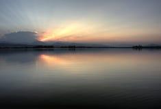 Kolorado-Sonnenuntergang über felsigen Bergen und einem ruhigen La stockbild