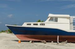 Kolorowa łódź na plaży tropikalna wyspa, Maldives, ocean indyjski Zdjęcia Royalty Free