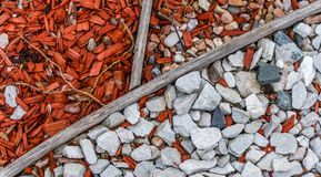 Kolorowa ścieżka z kamieniami w miasto parku zbliżenie fotografia stock