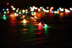 Kolorowa świąteczna girlanda z paleniem zaświeca z unfocused światła tłem Obraz Royalty Free