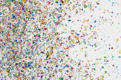 Kolorowa błyskotliwość i confetti na białym tle fotografia stock