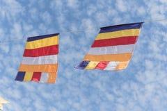 Kolorowa Buddyjska modlitwa zaznacza przeciw Altocumulus chmury niebu obraz stock