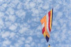 Kolorowa Buddyjska modlitwa zaznacza przeciw Altocumulus chmury niebu zdjęcie stock