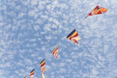 Kolorowa Buddyjska modlitwa zaznacza przeciw Altocumulus chmury niebu obrazy stock