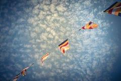 Kolorowa Buddyjska modlitwa zaznacza przeciw Altocumulus chmury niebu zdjęcia stock