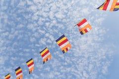Kolorowa Buddyjska modlitwa zaznacza przeciw Altocumulus chmury niebu fotografia stock