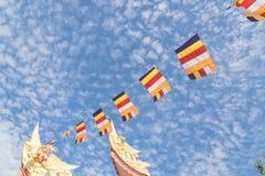 Kolorowa Buddyjska modlitwa zaznacza przy pagodą pod Altocumulus chmurą zdjęcie royalty free