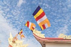Kolorowa Buddyjska modlitwa zaznacza przy pagodą pod Altocumulus chmurą zdjęcie stock