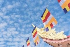 Kolorowa Buddyjska modlitwa zaznacza przy pagodą pod Altocumulus chmurą zdjęcia stock
