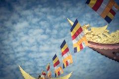 Kolorowa Buddyjska modlitwa zaznacza przy pagodą pod Altocumulus chmurą obrazy stock
