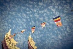 Kolorowa Buddyjska modlitwa zaznacza przy pagodą pod Altocumulus chmurą obraz royalty free