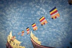 Kolorowa Buddyjska modlitwa zaznacza przy pagodą pod Altocumulus chmurą zdjęcia royalty free