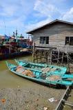 Kolorowa chińska łódź rybacka odpoczywa przy Chińską połów wioską Sekinchan, Malezja Zdjęcie Stock