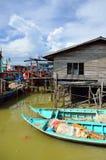 Kolorowa chińska łódź rybacka odpoczywa przy Chińską połów wioską Sekinchan, Malezja Zdjęcia Stock