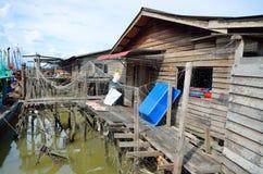 Kolorowa chińska łódź rybacka odpoczywa przy Chińską połów wioską Sekinchan, Malezja Obrazy Stock
