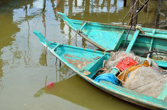 Kolorowa chińska łódź rybacka odpoczywa przy Chińską połów wioską Sekinchan, Malezja Fotografia Stock