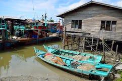 Kolorowa chińska łódź rybacka odpoczywa przy Chińską połów wioską Sekinchan, Malezja Fotografia Royalty Free