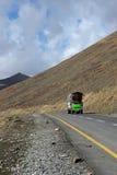 Kolorowa ciężarówka na Karakoram autostradzie wśród góry Babusar przepustki Pakistan Obraz Royalty Free
