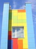 Kolorowa ściana dom z okno przeciw niebieskiemu niebu Obrazy Stock