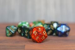Kolorowa czerwieni, zieleni i bue rola bawić się kostki do gry na stole z rozmytym tłem, obraz stock