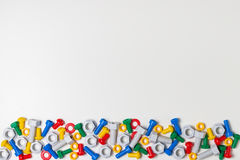 Kolorowa dzieciak zabawek granica Klingeryt zabawka wytłacza wzory, rygle i dokrętki na białym tle Odgórny widok fotografia royalty free