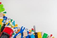 Kolorowa dzieciak zabawek granica Zabawek narzędzia, budowa bloki, sześciany na białym tle jak ramę Mieszkanie nieatutowy Odgórny Obraz Stock