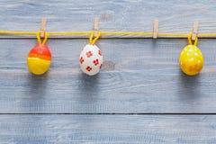 Kolorowa Easter karta, girlanda na drewnianym tle i Zdjęcia Stock