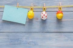 Kolorowa Easter karta, girlanda na drewnianym tle i Obraz Stock