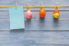 Kolorowa Easter karta, girlanda na drewnianym tle i Obrazy Stock