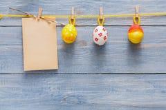 Kolorowa Easter karta, girlanda na drewnianym tle i Fotografia Stock