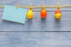 Kolorowa Easter karta, girlanda na drewnianym tle i Zdjęcie Stock