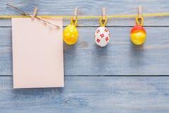 Kolorowa Easter karta, girlanda na drewnianym tle i Zdjęcia Royalty Free