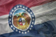 Kolorowa falowanie flaga Missouri stan na amerykańskim dolarowym pieniądze tle zdjęcie royalty free