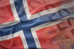 Kolorowa falowanie flaga państowowa Norway na euro pieniądze banknotów tle obrazy stock