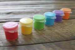 Kolorowa farba na Drewnianym tle Odizolowywającym Obrazy Stock