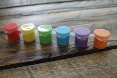 Kolorowa farba na Drewnianym tle Odizolowywającym Fotografia Stock