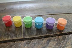 Kolorowa farba na Drewnianym tle Odizolowywającym Fotografia Royalty Free