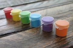 Kolorowa farba na Drewnianym tle Odizolowywającym Zdjęcie Stock