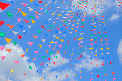 Kolorowa flaga z niebieskim niebem Fotografia Royalty Free