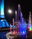 Kolorowa fontanna blisko zabytku zdjęcie royalty free