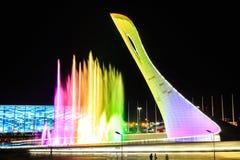 Kolorowa fontanna przy nocą Olimpijska pochodnia w Sochi, Rosja zdjęcia stock
