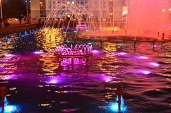 Kolorowa fontanna przy nocy przedstawieniem obrazy royalty free