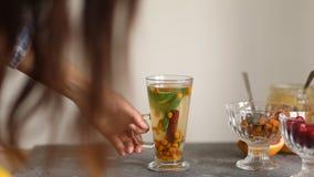 Kolorowa gor?ca dennego buckthorn herbata z cynamonowymi kijami, gwiazdowym any?em i ?wie?ymi dennego buckthorn jagodami, zbiory