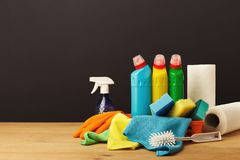 Kolorowa grupa cleaning dostawy na ciemnym tle Zdjęcia Royalty Free