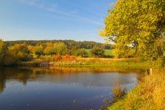 Kolorowa jesieni natura przy stawem cesky krumlov republiki czech miasta średniowieczny stary widok zdjęcia royalty free