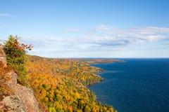 Kolorowa Jeziorna Wyższa linia brzegowa z niebieskim niebem Obraz Stock