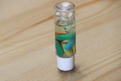 Kolorowa kapsuła w szklanej butelce z cieczem Zdjęcia Royalty Free
