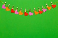Kolorowa Kierowa kształt girlanda na zielonym tle Zdjęcia Royalty Free