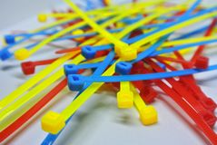 Kolorowa klingerytu kabla krawata patka odizolowywająca na białym tle obrazy stock