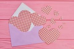 Kolorowa koperta z papierowymi sercami Obrazy Stock
